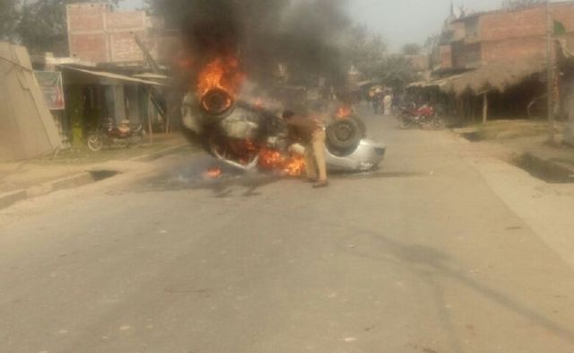गुस्साई भीड़ ने कई गाड़ियों में आग लगा दी.