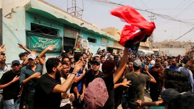 المحتجون تجمعوا لتشييع جنازة المتظاهر الذي لقي مصرعه