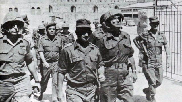 """১৯৬৭ সালে """"ছয়দিনের যুদ্ধে"""" পূর্ব জেরুজালেম দখল করে নেয়ার পর ইসরায়েলি সামরিক অধিনায়করা সেখানে ঢুকছে।"""