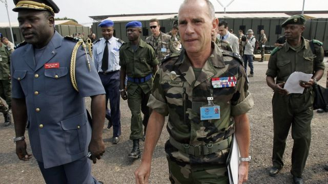 Le général John Numbi, à gauche à côté du général Christian Damay, commandant français de l'EUROFOR après une conférence de presse à Kinshasa le 14 juillet 2006.