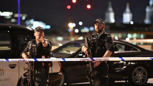 Policías en el Puente de Londres