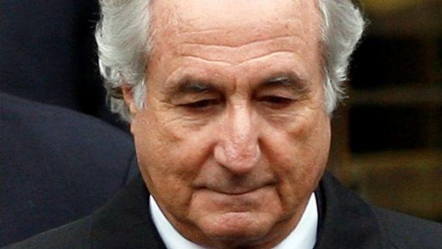 Bernie Madoff olhando para baixo
