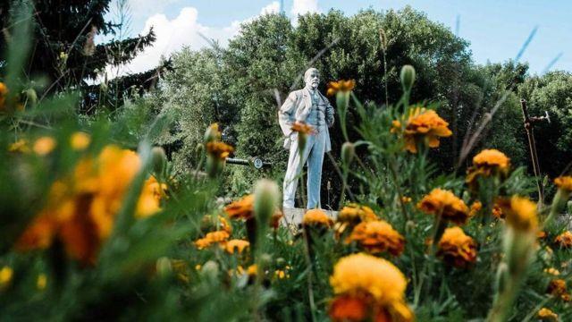 Estatua de Lenin entre flores