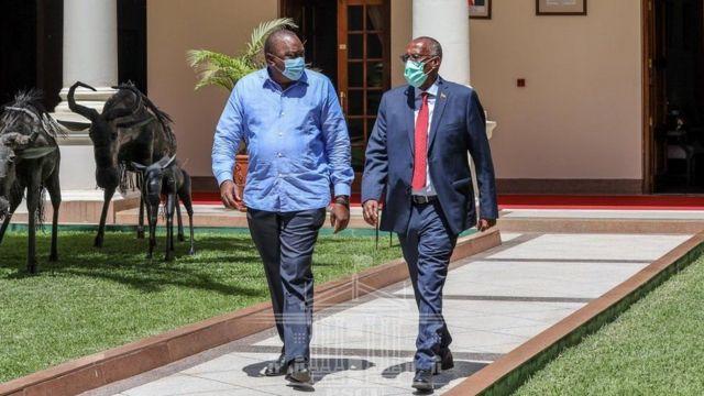 Madaxweynaha Kenya Uhuru Kenyatta ayuu marti u yahay madaxweyne Muusa Biixi Cabdi.