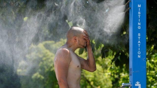 Una persona se refresca del calor en Vancouver.