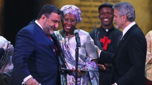 Avrora mükafatının təsisçisi (solda) Ruben Vardanyan və jüri həmsədri, amerika kino ulduzu George Clooney (sağda) ilk mükafat laureatı Marguerite Barankitse-i təbrik edirlər