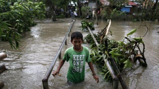 طفل يسلك طريقا تحيط به المياه من جميع الجهات