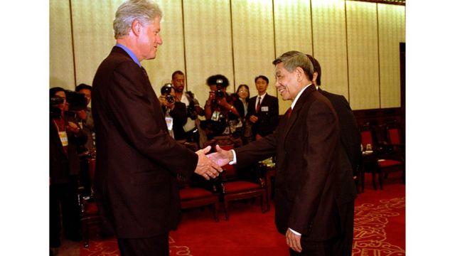 Tổng thống Mỹ Bill Clinton bắt tay Tổng Bí thư Lê Khả Phiêu khi thăm Việt Nam năm 2000