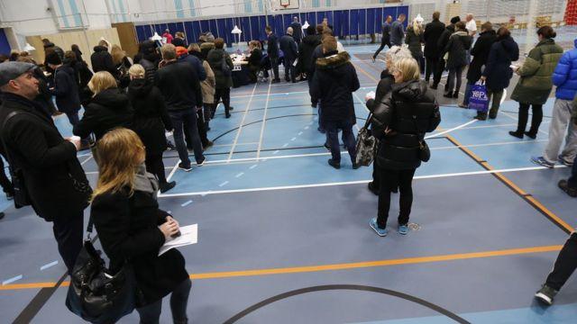 国民投票の会場に並ぶデンマークの人たち(3日、コペンハーゲン)