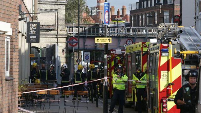 Полицейские и пожарные на станции