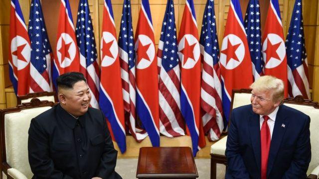 Kim e Trump sentados