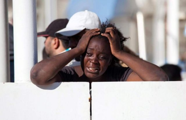 Mwanamke huyo analia baada ya kufika salama Pwani ya Italia