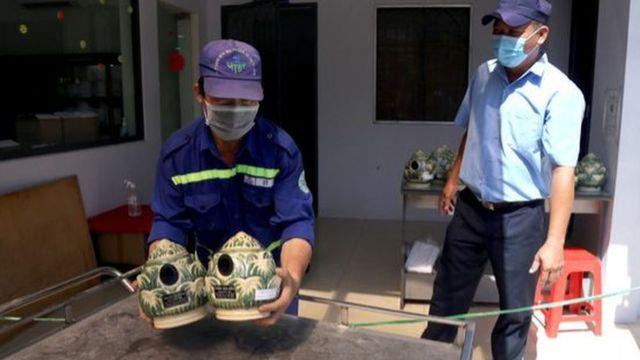 Tro cốt người mất vì COVID-19 sau khi hỏa táng được đưa vào khu vực ghi thông tin, đóng hộp cac-tông đợi quân đội đến nhận sáng 16-8 tại Nghĩa trang Bình Hưng Hòa