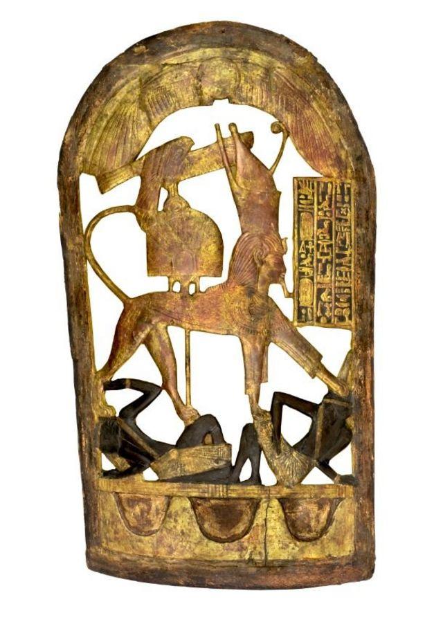 Деревянный церемониальный щит с изображением фараона в виде сфинкса