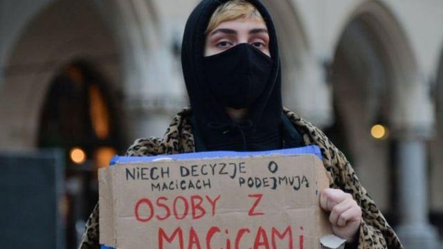 """""""Решение о матках должны принимать люди с матками"""", - участница пикета намекает на то, что только двое из пятнадцати судей Конституционного суда Польши - являются женщинами"""