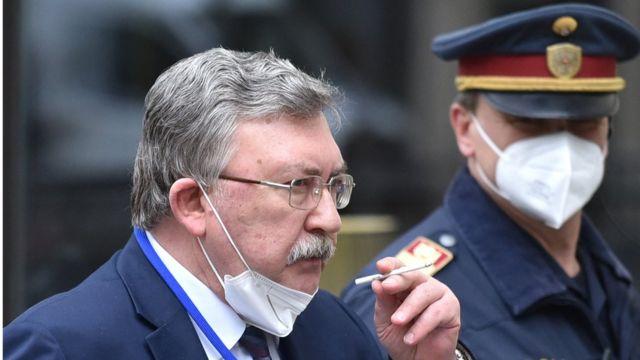 میخائیل اولیانف سفیر روسیه در آژانس (نفر چپ) و نماینده کشورش در مذاکرات احیای توافق برجام است