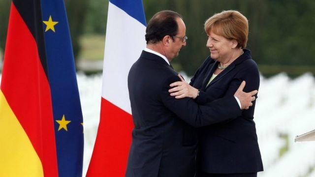 フランスのオランド大統領(左)とドイツのメルケル首相(先月29日、第1次世界大戦の激戦地だったベルダンでの戦闘から100年を記念する式典で)