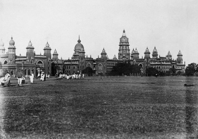 1927ஆம் ஆண்டு நவம்பர் மாதம் எடுக்கப்பட்ட இந்த புகைப்படத்தில் இருப்பது தற்போதைய சென்னை உயர்நீதிமன்றம்.