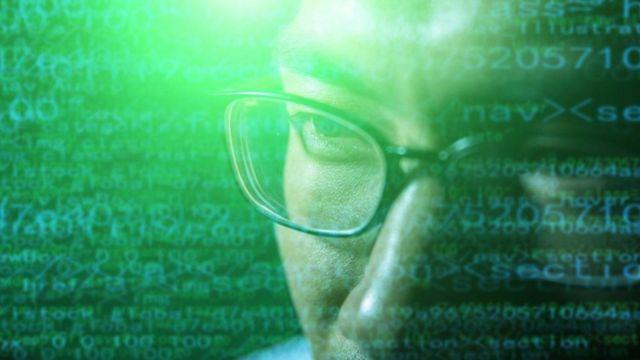 شخص يفكر وخلفه رموز كمبيوتر