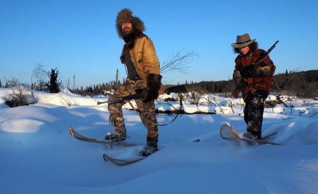 David y Sky caminando en la nieve