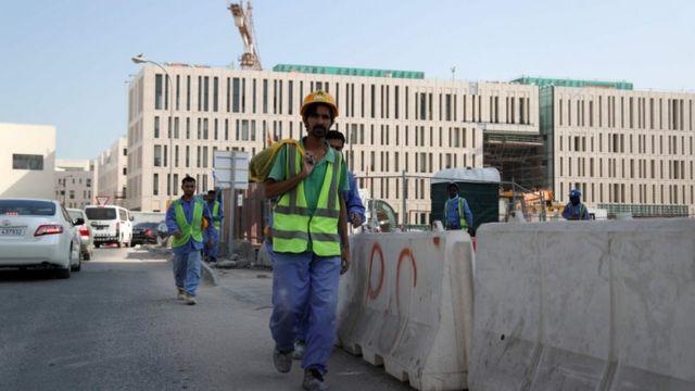 """قالت المنظمة إن القانون الجديد، الذي يبدأ تطبيقه اليوم، والذي تقول قطر إنه يضمن المزيد من المرونة والحرية والحماية للعمالة الوافدة، لن يحدث """"تغيرا كبيرا في علاقة الاستغلال بين جهة العمل والعامل"""""""