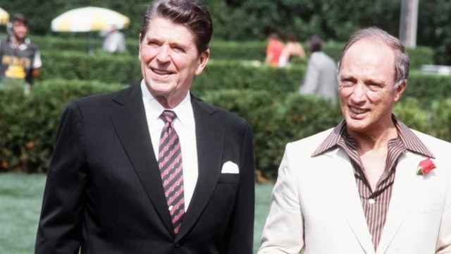 Канадский премьер Пьер Эллиот Трюдо (справа) и президент США Рональд Рейган во время приезда последнего в Оттаву 18 июля 1981 года.