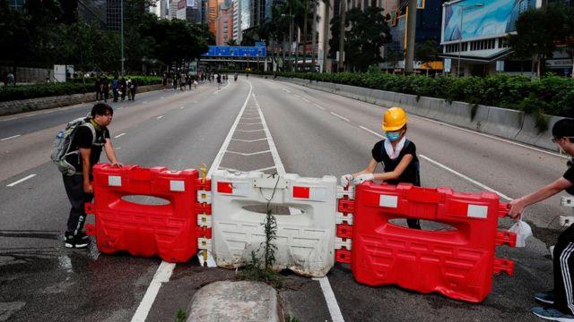 香港告士打道示威者搬動路旁水馬攔斷馬路(21/6/2019)