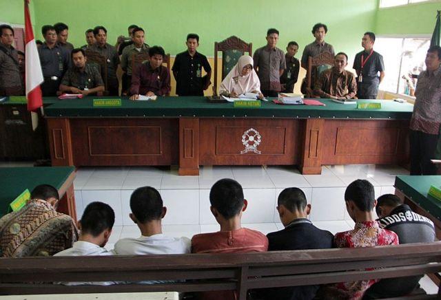 Juicio por la violación en grupo de una niña de 14 años en Indonesia