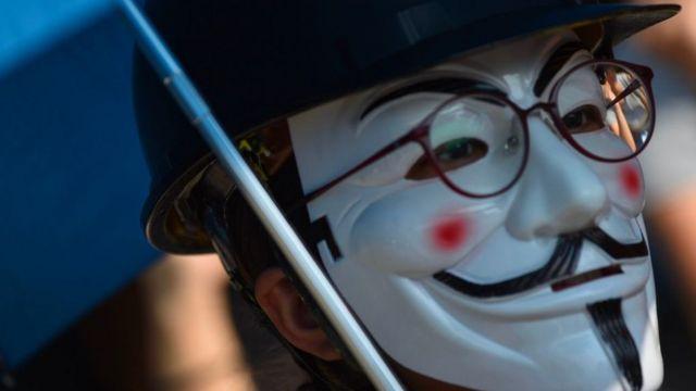 """香港示威者带上面具,反对特区政府实施""""禁蒙面法""""。"""