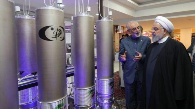 الرئيس الإيراني حسن روحاني يتفقد منشأة نووية