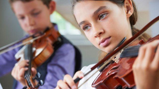 Crianças tocando violino