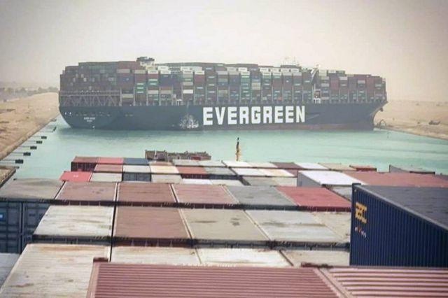El Canal de Suez, bloqueado por el encallamiento de Ever Given, un enorme  barco carguero - BBC News Mundo