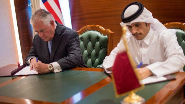 US Secretary of State Rex Tillerson (L) and Qatari Minister of Foreign Affairs Sheikh Mohammed bin Abdul Rahman Al Thani (R) sign a memorandum of understanding in Doha, Qatar (11 July 2017)