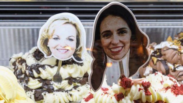 Helados decorados con una imagen de las caras de Jacinda Ardern y Judith Collins.