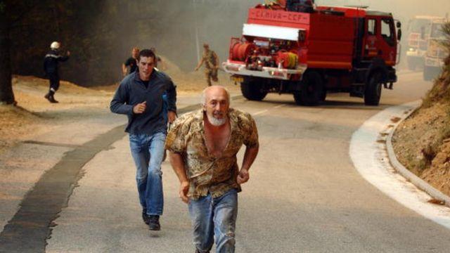 Des populations qui fuient la furie du feu, près de Aullene en Corse en 2009 (illustration)
