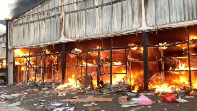 Pietermaritzburg'daki bir alışveirş merkezi de olaylarda kül oldu