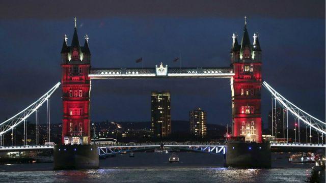 ロンドンのタワーブリッジが仏国旗の3色でライトアップされた