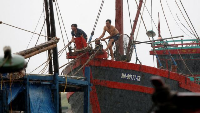 Người dân Hà Tĩnh thả neo buộc thuyền đối phó với cơn bão Doksuri hôm 15/9/2017