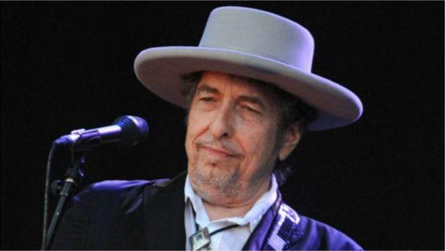 Pendant cinq jours, Bob Dylan a refusé de faire la moindre réaction publique sur le prix Nobel de littérature qui lui est attribué.