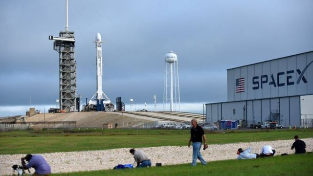 El cohete SpaceX Falcon 9 listo para lanzar el satélite de comunicaciones Es'hail-2 para Qatar el 15 de noviembre de 2018 en el Centro Espacial Kennedy en Florida, EE.UU.