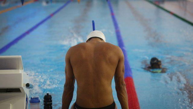 Nadador diante da piscina