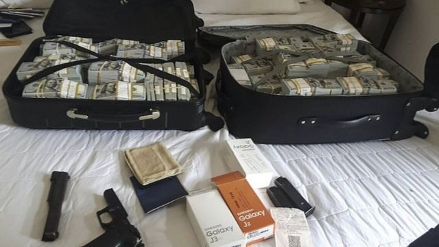 A suitcase with currency, a gun and other objects belonging to Luiz Carlos da Rocha on 1 July 2017