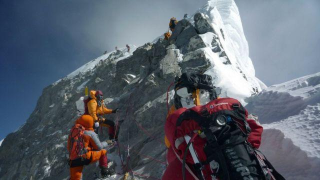 Everest'te dağcı ölümleri: 'İnsanlar cesetleri çiğneyerek tırmanıyor' - BBC  News Türkçe