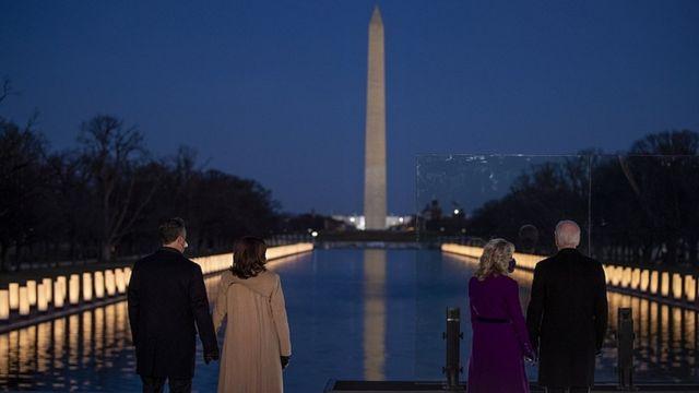 Perezida watowe Joe Biden umugore we Jill Biden, na visi-perezida watowe Kamala Harris, n'umugabo we Doug Emhoff, imbere ya Lincoln Memorial