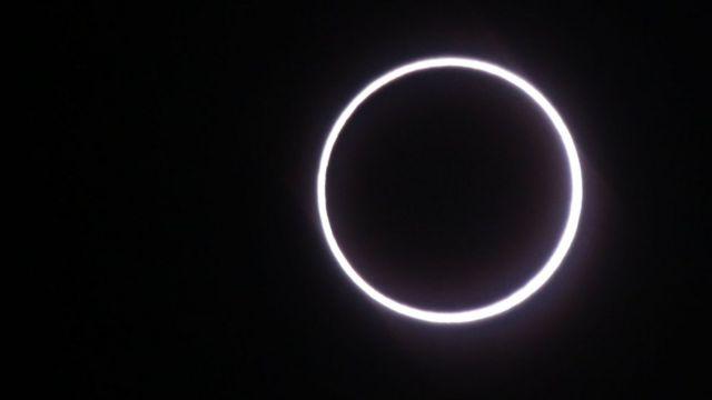 """Vista del eclipse """"anillo de fuego"""" sobre África"""