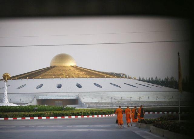 Taylandlı Budist keşişler sabah sadaka yürüyüşü yapıyorlar.