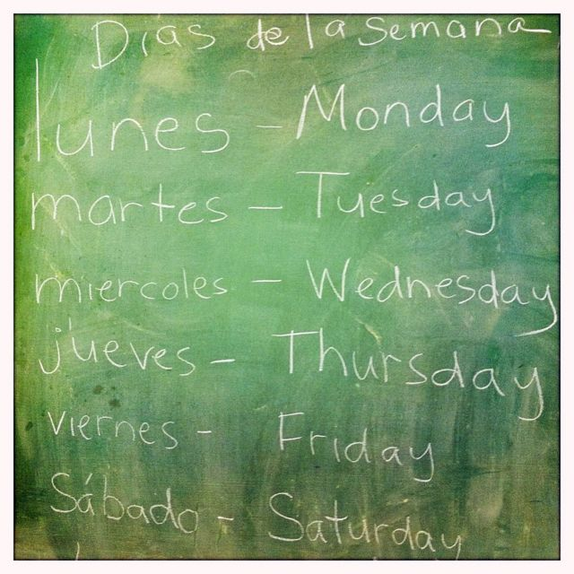 Tablero con días de la semana en español e inglés