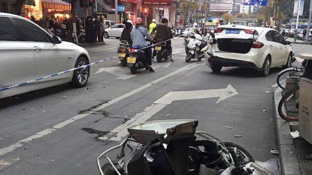 目擊者稱,被劫持的公交車當時開得飛快,撞倒多輛摩托車和行人。