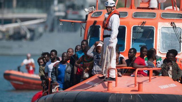 Un buque del servicio de salvamento marítimo español se aproxima al puerto de Málaga con un grupo de inmigrantes rescatados en alta mar