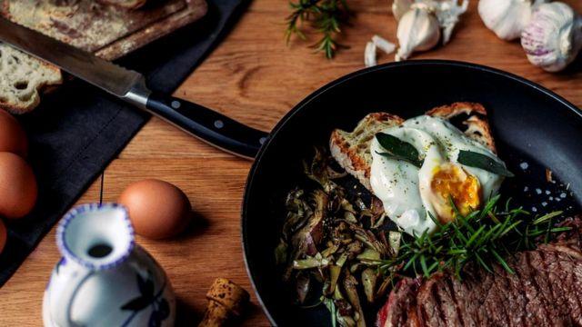 Мясо, поджаренное на гриле или на сковороде, особенно опасно